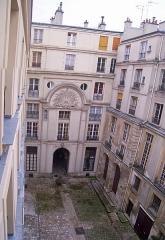 Hôtel de Chenizot - English: Hôtel de Chenizot, île Saint-Louis, Paris IVe arrondissement, France. First courtyard.