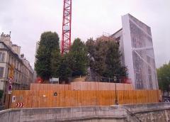 Hôtel Lambert - English: Hôtel Lambert, île Saint-Louis, Paris IVe arrondissement, France. View of the building, currently under repairing, from the pont de Sully.