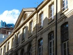Hôtel  , dit Hôtel Le Rebours - Français:   Hôtel Le Rebours - 12 rue Saint-Merri - Paris 4 Vue générale de la façade avec le haut du Centre Pompidou en arrière plan