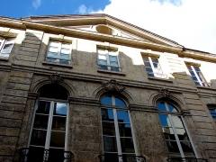 Hôtel  , dit Hôtel Le Rebours - Français:   Hôtel Le Rebours - 12 rue Saint-Merri - Paris 4 Le fronton de l\'hôtel