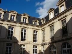 Hôtel  , dit Hôtel Le Rebours - Français:   Hôtel Le Rebours - 12 rue Saint-Merri - Paris 4 Bâtiment sur cour (fond et aile droite)