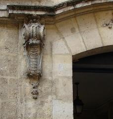 Hôtel  , dit Hôtel Le Rebours - Français:   Hôtel Le Rebours - 12 rue Saint-Merri - Paris 4 Détail des ornements du porche