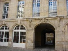 Hôtel  , dit Hôtel Le Rebours - Français:   Hôtel Le Rebours - 12 rue Saint-Merri - Paris 4 Vue du porche depuis la cour intérieure