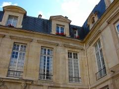 Hôtel  , dit Hôtel Le Rebours - Français:   Hôtel Le Rebours - 12 rue Saint-Merri - Paris 4 Détail de l\'arrière de l\'hôtel sur rue et aile gauche (ouest)