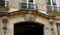 Hôtel  , dit Hôtel Le Rebours - Français:   Hôtel Le Rebours - 12 rue Saint-Merri - Paris 4 Ornement supérieur du porche sur rue