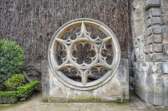 Hôtel du Petit-Sully - English: Rose window in the garden courtyard of the Hotel de Sully