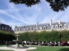 Hôtel du Petit-Sully - plusieurs maisons de la place vues du parc