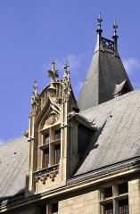 Hôtel de Sens - English: Gothic dormer window on the souht facade of Hôtel de Sens located at 4th arrondissement of Paris, France