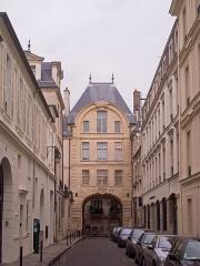Hôtel - English: Hôtel de Bretonvilliers, île Saint-Louis, Paris IVe arrondissement, France. Arcade section of the hôtel, seen from the rue de Bretonvilliers.