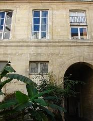 Maison - Français:   13 rue de Sévigné - Paris 4 Façade sur cour du bâtiment principal avec le porche d\'entrée