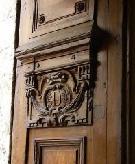 Maison - Français:   13 rue de Sévigné - Paris 4 Vue générale du monogramme sculpté sur le pan droit de la porte sur rue