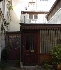 Maison - Français:   13 rue de Sévigné - Paris 4 Accès à la maisonnette sur cour et au bâtiment de gauche