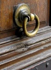 Maison - Français:   13 rue de Sévigné - Paris 4 Heurtoir de la porte droite du porche sur rue