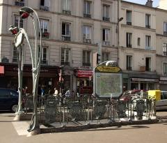 Métropolitain, station Couronnes - Français:   Édicule Guimard de la station Couronnes