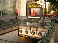 Métropolitain, station Place d'Italie - Français:   Vue presque d\'ensemble de la bouche de métro «Place d\'Italie», côté avenue d\'Italie