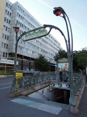 Métropolitain, station Saint-Marcel - Français:   Accès à la station du métro, dessiné en 1900 par l\'architecte Hector Guimard pour la Compagnie générale du Métropolitain de Paris. La station est située sur la ligne 5 du métro, inaugurée en 1906.