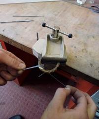 Mobilier National - Français:   Abrasion à la toile émeri sur pièce en bronze tenue dans un étau de bijoutier