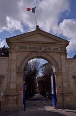 Ancien hôpital de la Santé ou hôpital Sainte-Anne - This building is inscrit au titre des monuments historiques de la France. It is indexed in the base Mérimée, a database of architectural heritage maintained by the French Ministry of Culture,under the reference PA00086617 .