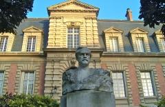 Institut Pasteur - Français:   Institut Pasteur. Bâtiment abritant les anciens appartements et laboratoires de Louis Pasteur devenus un musée