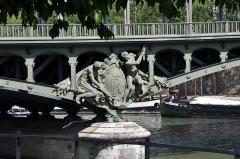 Pont de Bir-Hakeim - Le Pont de Bir-Hakeim anciennement le Viaduc de Passy, enjambe la Seine entre les 15e et 16e arrondissements de Paris, France en passant par l'Île aux Cygnes. La sculpture Les riveteurs en fonte est l'œuvre de Gustave Michel.