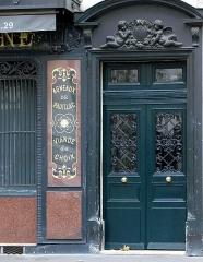 Boucherie Lamartine - Français:   Boucherie Lamartine - 172 avenue Victor Hugo - Paris 16 Côté droit de la vitrine et porte d\'entrée à l\'immeuble.