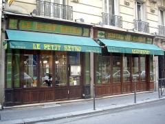 Café-Bar - Français:   Bistro «Le Petit Rétro», 5 rue Mesnil, Paris 16e.