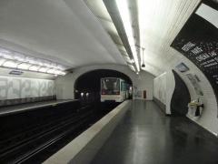 Métropolitain, station Boissière - Français:   Une rame de la station de métro Boissière sur la ligne 6 en direction de CDG-Etoile