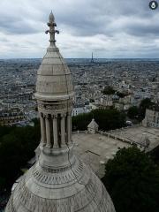 Eglise Saint-Pierre-de-Montmartre - Español: Sacré Cœur. Al fondo podemos observar la torre eiffel vista desde el mirador del sagrado corazón de parís. Los dos puntos más altos de la ciudad.