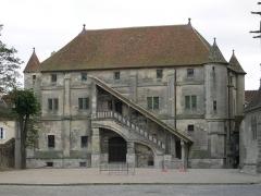 Ancien palais épiscopal - Français:   Vieux chapitre, façade ouest sur la cour intérieure de la cité épiscopale