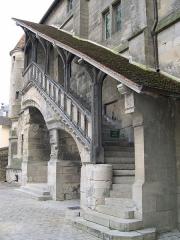 Ancien palais épiscopal - Français:   Vieux chapitre, façade ouest sur la cour intérieure de la cité épiscopale, escalier extérieur