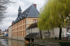 Hospice - English:  Former hospice of Nemours, view from the banks of the Loing.