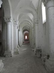 Eglise Saint-Loup - Intérieur de l'église prieurale de Saint-Loup-de-Naud (77). Collatéral sud de la nef.