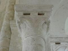 Eglise Saint-Loup - Chapiteau de la costale nord de la nef de l'église prieurale de Saint-Loup-de-Naud (77).