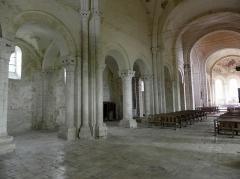 Eglise Saint-Loup - Intérieur de l'église prieurale de Saint-Loup-de-Naud (77). Vue traversante de la nef.