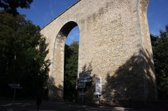 Aqueduc - English: The aqueduc de Buc is an old aqueduct located in the town of Buc, France that was used to bring water to the Palace of Versailles.