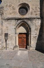 Eglise Saint-Léonard et Saint-Martin - English:   The entrance portal of the chapel of Saint-Léonard et Saint-Martin in Croissy-sur-Seine in the department of Yvelines, France.