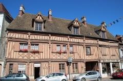 Hôtel du Lys - English: Hotel du Lys located at 64 and 66 Paris street in Houdan, France