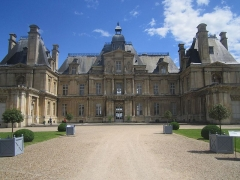 Domaine national : Château de Maisons-Laffitte - This building is indexed in the Base Mérimée, a database of architectural heritage maintained by the French Ministry of Culture,under the reference PA00087491 .