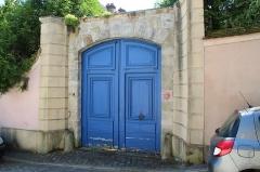 Hôtel - Français:   Portail de l\'Hôtel Le Boistel à Montfort-l\'Amaury en France.