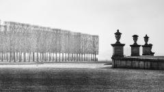 Domaine national de Saint-Germain-en-Laye, actuellement Musée des Antiquités Nationales - Français:   Trois urnes devant l\'allée Henri II des parterres du château de St Germain-en-Laye