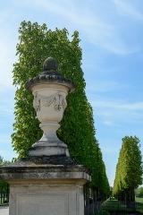 Domaine national de Saint-Germain-en-Laye, actuellement Musée des Antiquités Nationales - Français:   Urne à l\'extrémité de l\'allée Louis XIV des parterres du château de St Germain-en-Laye