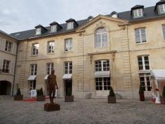 Bailliage - Français:   L\'hôtel du Bailliage se trouve dans le quartier des Antiquaires, près du marché de Notre-Dame.