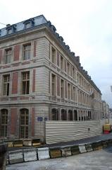 Domaine national : ancien grand commun (hôpital militaire Dominique Larrey) - English: The Grand commun of the Château de Versailles, from the rue de l'Indépendance américaine