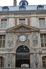 Domaine national : ancien grand commun (hôpital militaire Dominique Larrey) - English: Main gate of the Grand commun of the Château de Versailles, from the rue de l'Indépendance américaine.