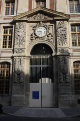 Domaine national : ancien grand commun (hôpital militaire Dominique Larrey) - English: Grand commun located 1 rue de l'Indépendance-Américaine in Versailles, France. This place is a National Heritage Site of France.