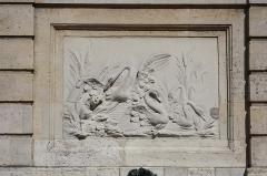 Fontaine sur la place - English: Fountain on the Saint-Louis square of Versailles, France.