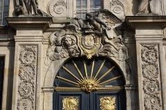 Hôtel des Affaires Etrangères - English: Entrance portal of the Hôtel des Affaires étrangères et de la Marine located 5 rue de l'Indépendance-Américaine in Versailles, France. This place is a National Heritage Site of France.