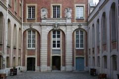 Hôtel des Affaires Etrangères - English: Courtyard in Hôtel des Affaires étrangères et de la Marine located 5 rue de l'Indépendance-Américaine in Versailles, France. This place is a National Heritage Site of France.