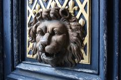 Hôtel des Affaires Etrangères - English: Door detail in Hôtel des Affaires étrangères et de la Marine located 5 rue de l'Indépendance-Américaine in Versailles, France. This place is a National Heritage Site of France.