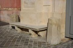 Hôtel du Ministère de la Guerre - English: Bench near the entrance portal of the Hôtel de la Guerre located 3 rue de l'Indépendance-Américaine in Versailles, France. This place is a National Heritage Site of France.